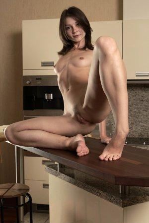 Страстная домохозяйка с веником