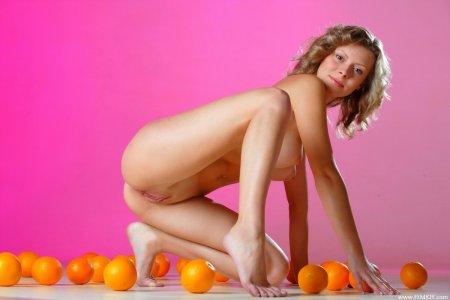 Кучерявая блондинка в апельсинах