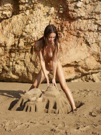 Голая девочка на пляже
