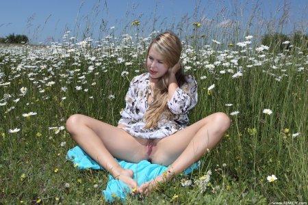 Голая бабенка на поляне