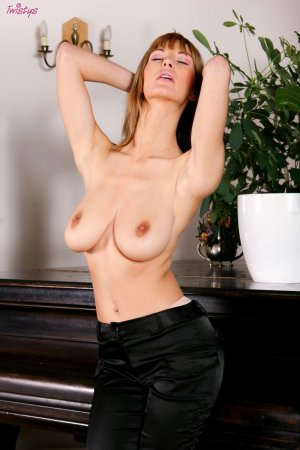 Сексуальная актриса на рояле