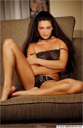 Роскошная женщина на диване