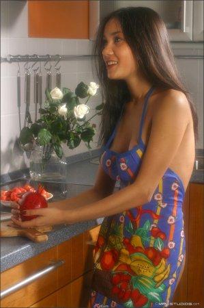 Сексуальная мулатка на кухне