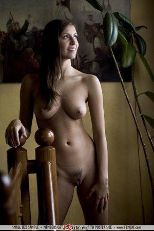 Голая брюнетка на диване