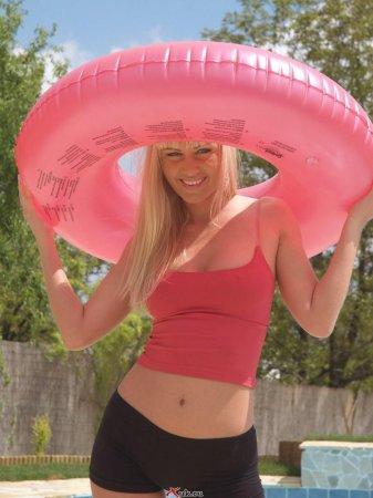 Блондинка с розовым кругом