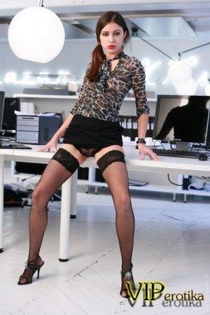 Юная секретарша снимает трусы