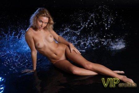 Мокрая блондинка позирует