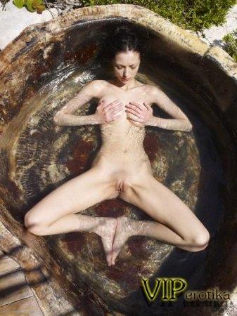 Красивая тёлка в воде