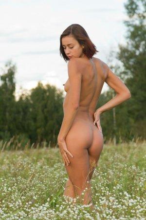 Красивая барышня на поле