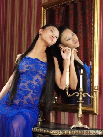 Сексапильная азиаточка возле свеч