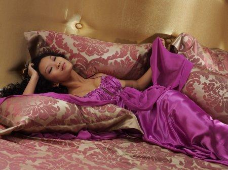 Кудрявая азиаточка на постеле