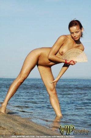 Юная малышка на берегу моря