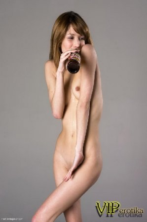 Юная школьница с пивом