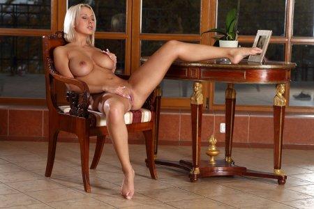 Блондинистая мамочка на квартире