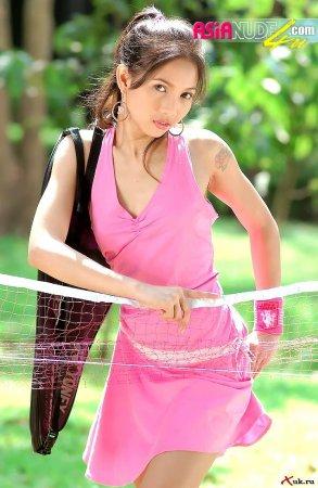 Азиатка играет в теннис