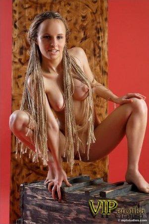 Девка с длинными волосами