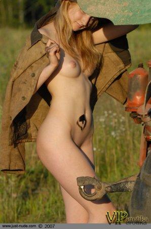 Трактористка Жанка показывает жопку