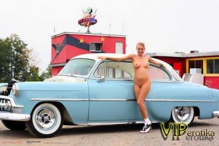Блондинка на фоне машины