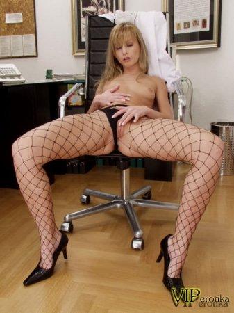 Секретарша в пустом кабинете