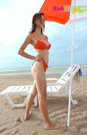 Азиаточка на пляже