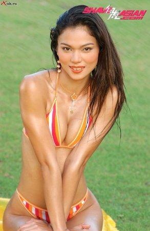 Азиатка в желтом купальнике