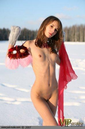 В маске на снежном поле