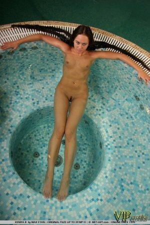 Сучка сходит с ума в басейне