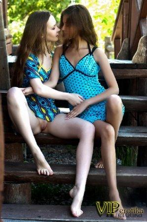 Две очень юных лесбияночки