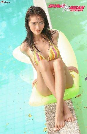 Красотка - азиатка возле бассейна