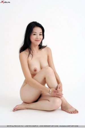 Совсем голеькая азиаточка