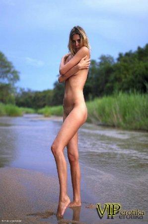 Девушка не берегу ручья