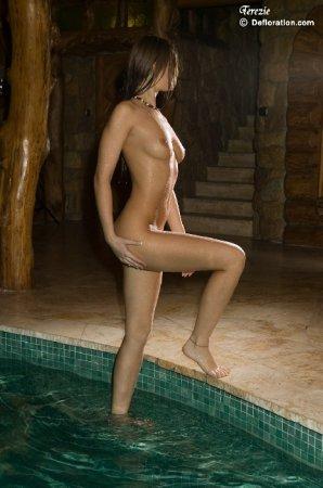 Юная пошла в бассейн