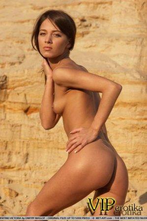 Молоденькая фея у песчаной скалы
