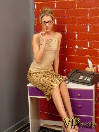 Секретарша оголила груди