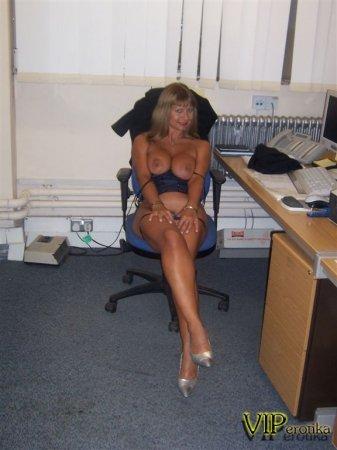 Старая опытная секретарша