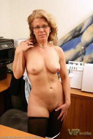 Опытная секретарша раздеваеться