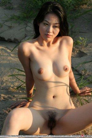Азиатка с попкой возле водоёма