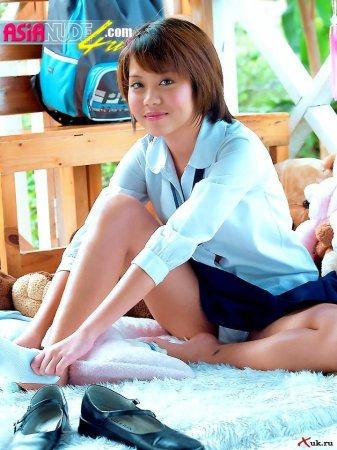 Азиатка школьница после уроков