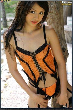 Азиаточка с накрашеными губами