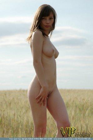Голая нимфетка в поле