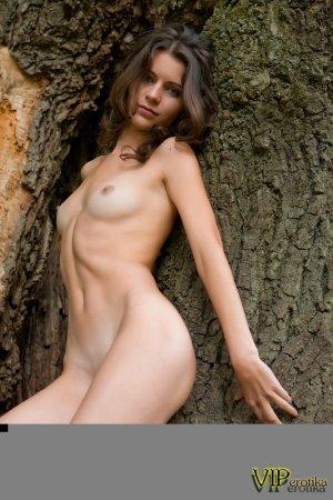 Юная девка у дерева