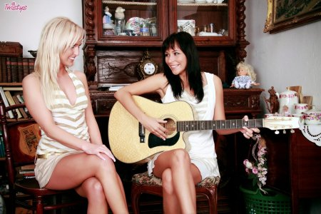 Лесбиянки - гитаристки очень хороши