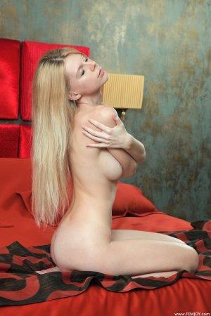 Блондинка с отменной грудью