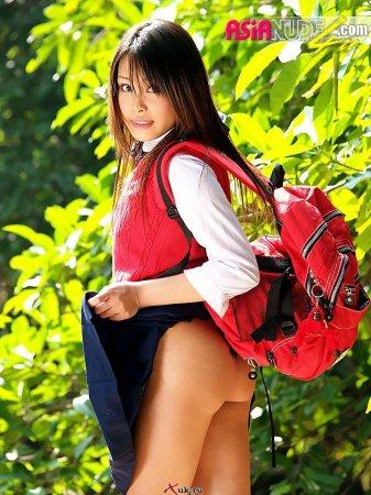 Красивая азиатка - школьница