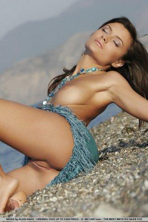 Красотка обнажилась на берегу моря