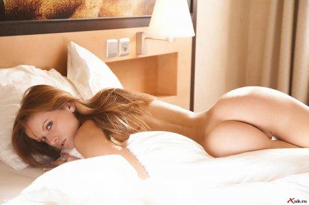 Красотка стоит рачком на кроватке