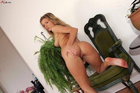 Эротичная девочка села на диван