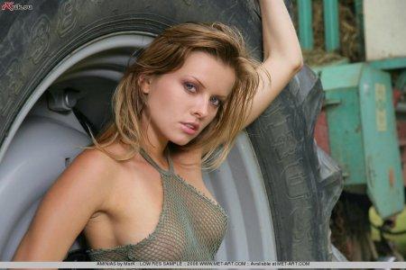 Красотка Ирка сидит в тракторе