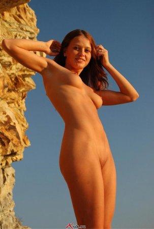 Эротичная девка на берегу моря