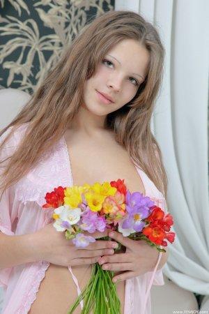 Девка с красивыми цветами